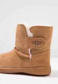 UGG - KEELAN - Kotníkové boty - chestnut - 2