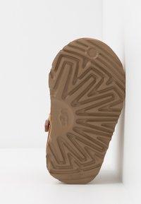 UGG - NEUMEL - Botines con cordones - chestnut - 5
