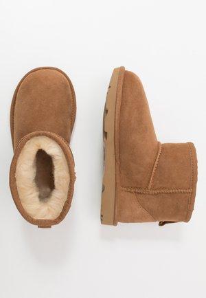CLASSIC MINI II - Kotníkové boty - chestnut