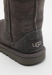 UGG - CLASSIC II - Kotníkové boty - grey - 5