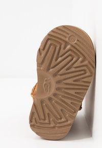 UGG - CLASSIC II - Zimní obuv - chestnut - 5