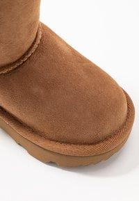 UGG - CLASSIC II - Zimní obuv - chestnut - 2