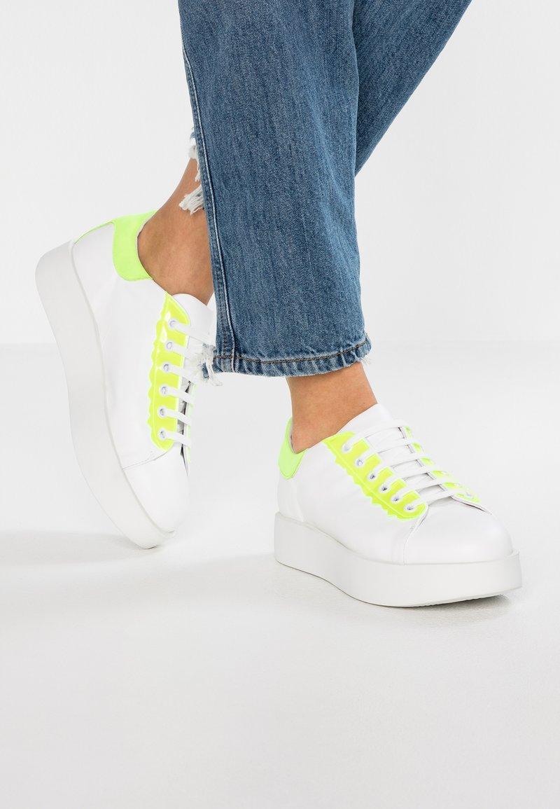 UMA PARKER - Sneaker low - guanto bianco