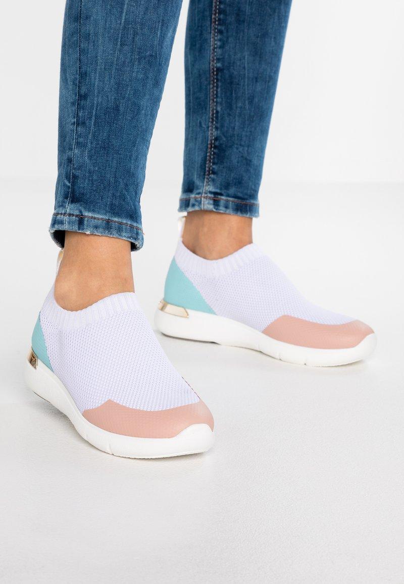 UMA PARKER - Slipper - white/pink/blue