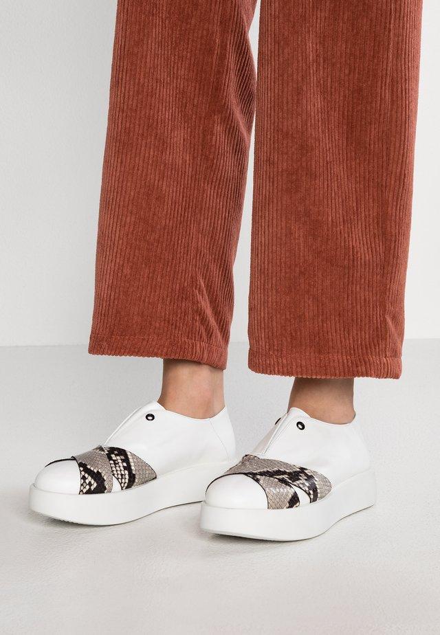 Nazouvací boty - guanto bianco roccia