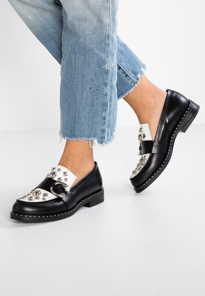 UMA PARKER - Slippers - nero/bianco