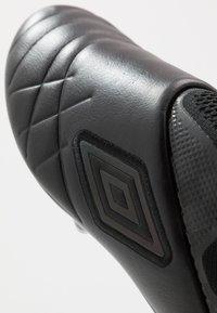 Umbro - MEDUSÆ III ELITE FG - Korki Lanki - black/black reflective - 6