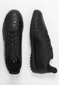 Umbro - UX ACCURO III CLUB TF - Voetbalschoenen voor kunstgras - black/white - 1