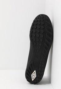 Umbro - UX ACCURO III CLUB TF - Voetbalschoenen voor kunstgras - black/white - 4