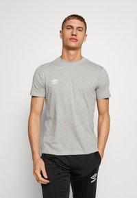 Umbro - SMALL LOGO TEE - Jednoduché triko - grey marl - 0