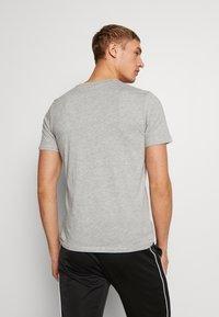 Umbro - SMALL LOGO TEE - Jednoduché triko - grey marl - 2