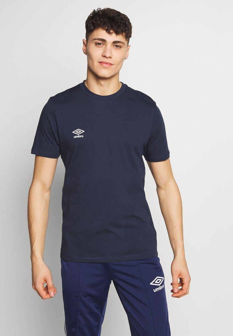 Umbro - SMALL LOGO TEE - Jednoduché triko - dark navy