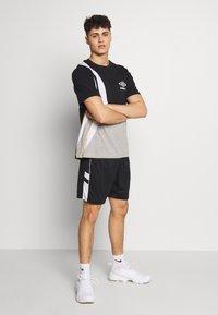 Umbro - PANEL SHORT - Urheilushortsit - black/brilliant white - 1