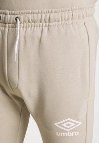 Umbro - TAPED JOGGER - Teplákové kalhoty - silver cloud - 4