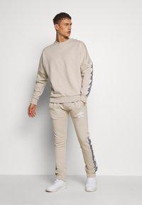 Umbro - TAPED JOGGER - Teplákové kalhoty - silver cloud - 1