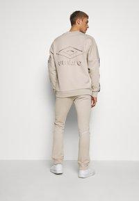 Umbro - TAPED JOGGER - Teplákové kalhoty - silver cloud - 2