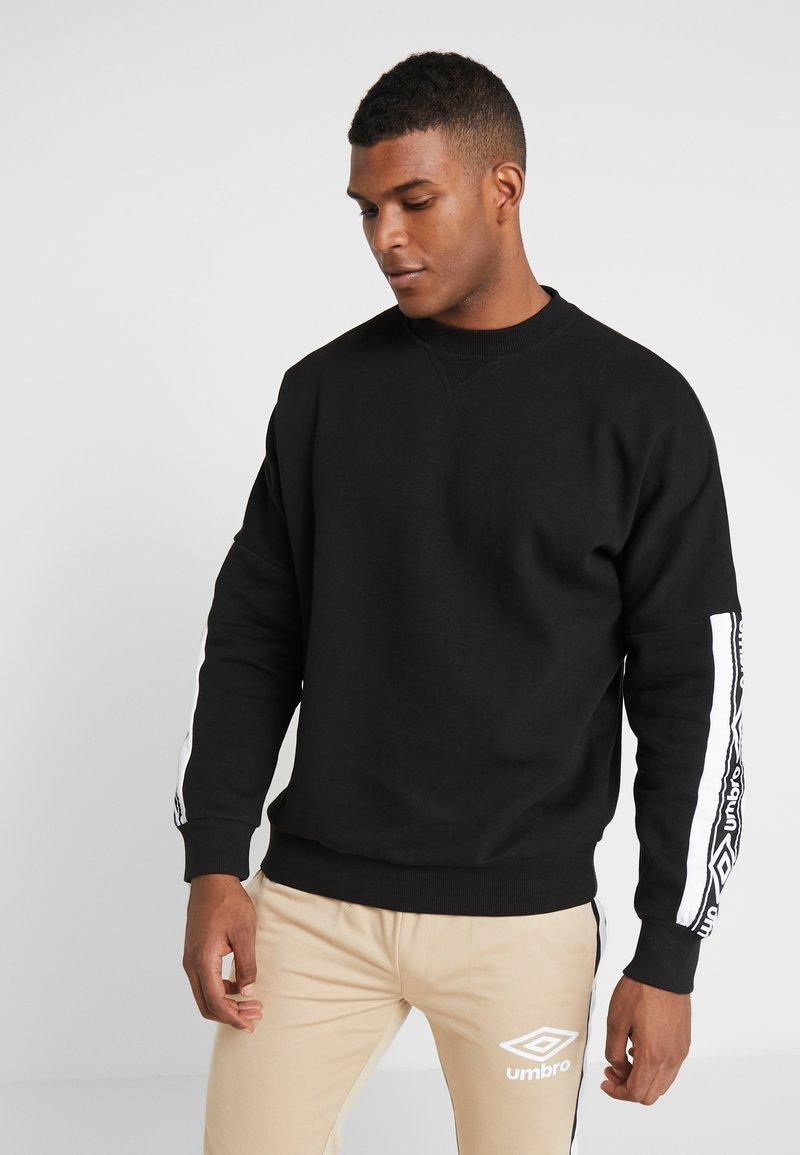 Umbro - TAPED DROP SHOULDER  - Sweatshirt - black / brilliant white