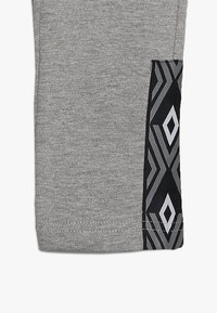 Umbro - FOUNDATION SLIM FIT TAPED PANT BOYS - Pantaloni sportivi - grey marl/white - 2