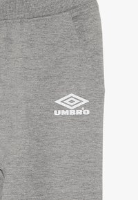 Umbro - FOUNDATION SLIM FIT TAPED PANT BOYS - Pantaloni sportivi - grey marl/white - 5