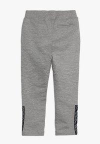 Umbro - FOUNDATION SLIM FIT TAPED PANT BOYS - Pantaloni sportivi - grey marl/white - 1