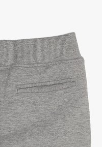 Umbro - FOUNDATION SLIM FIT TAPED PANT BOYS - Pantaloni sportivi - grey marl/white - 3