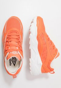 Umbro Projects - NEPTUNE - Tenisky - shock orange/white/black - 1