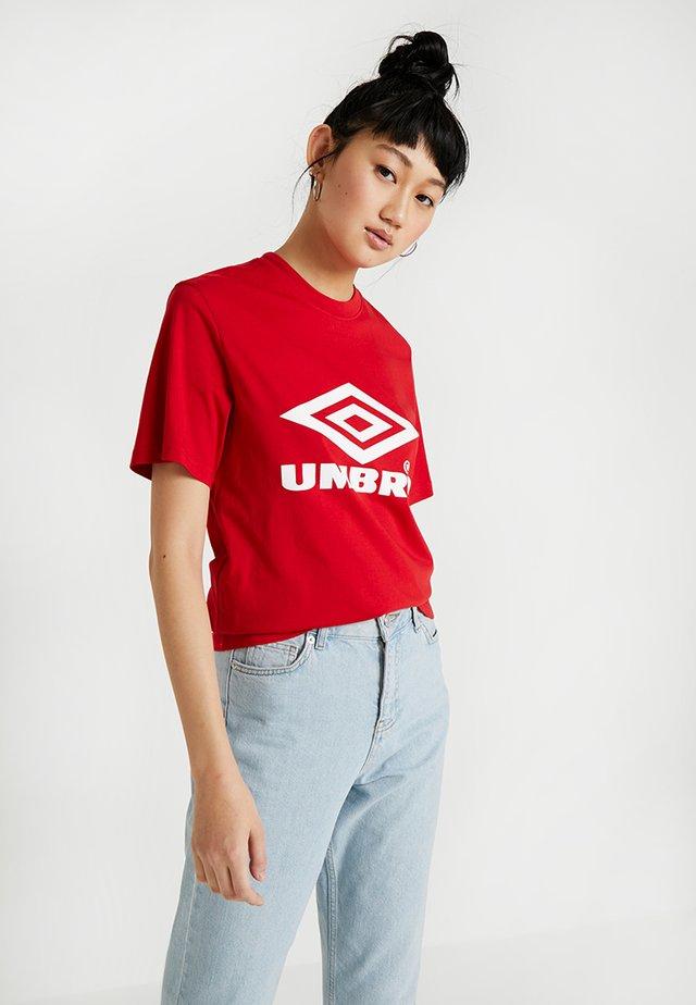 BOYFRIEND FIT LOGO TEE - Print T-shirt - riot red