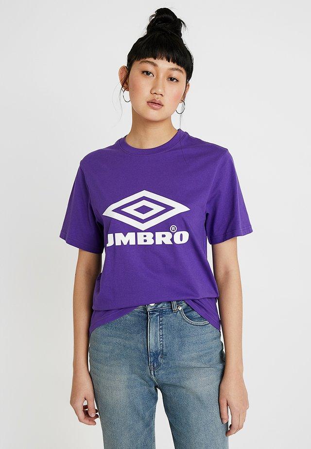 BOYFRIEND FIT LOGO TEE - Print T-shirt - prism violet