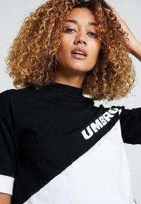Umbro Projects - TEMP CROP TEE - Camiseta estampada - black/white - 3