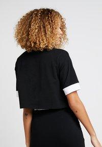 Umbro Projects - TEMP CROP TEE - Camiseta estampada - black/white - 2