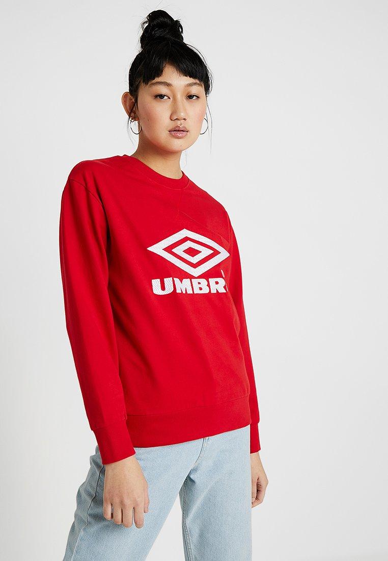 Umbro Projects - LOGO CREW - Sweatshirt - riot red/white