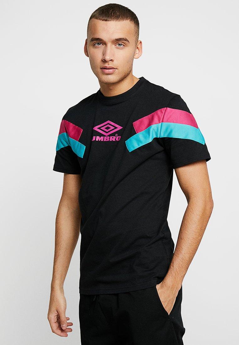 Umbro Projects - CHEVRON TEE - Print T-shirt - black/berry pink/ceramic