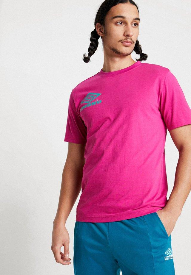 COLLIDER CREW TEE - Print T-shirt - berry pink/ceramic