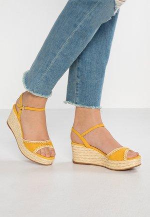 KISSES - Korkeakorkoiset sandaalit - yellow
