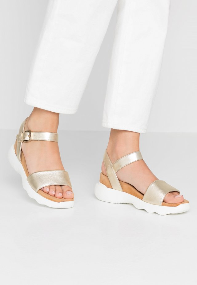 BALDER - Sandały na koturnie - platino