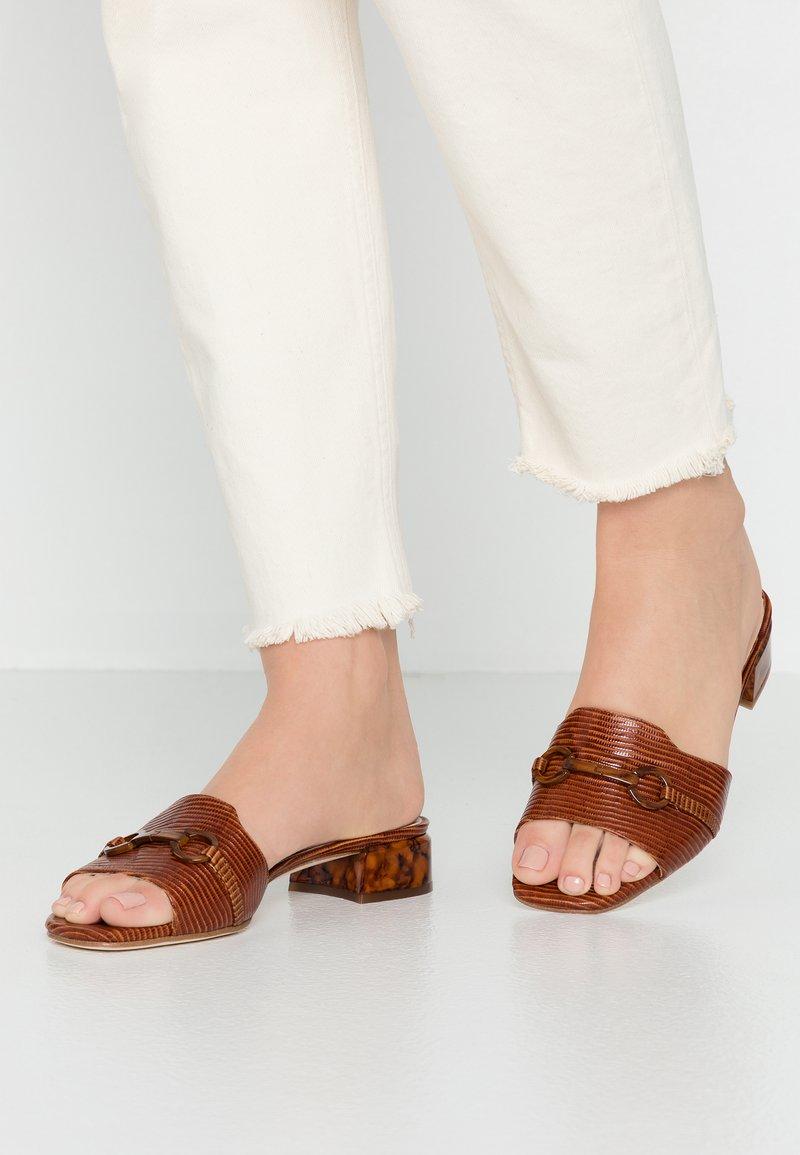 Unisa - DOJARA - Pantolette flach - cognac