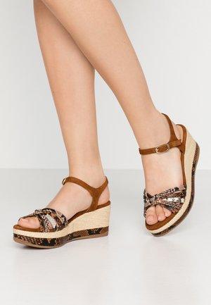 KIO - Korkeakorkoiset sandaalit - teka/suntan/necar