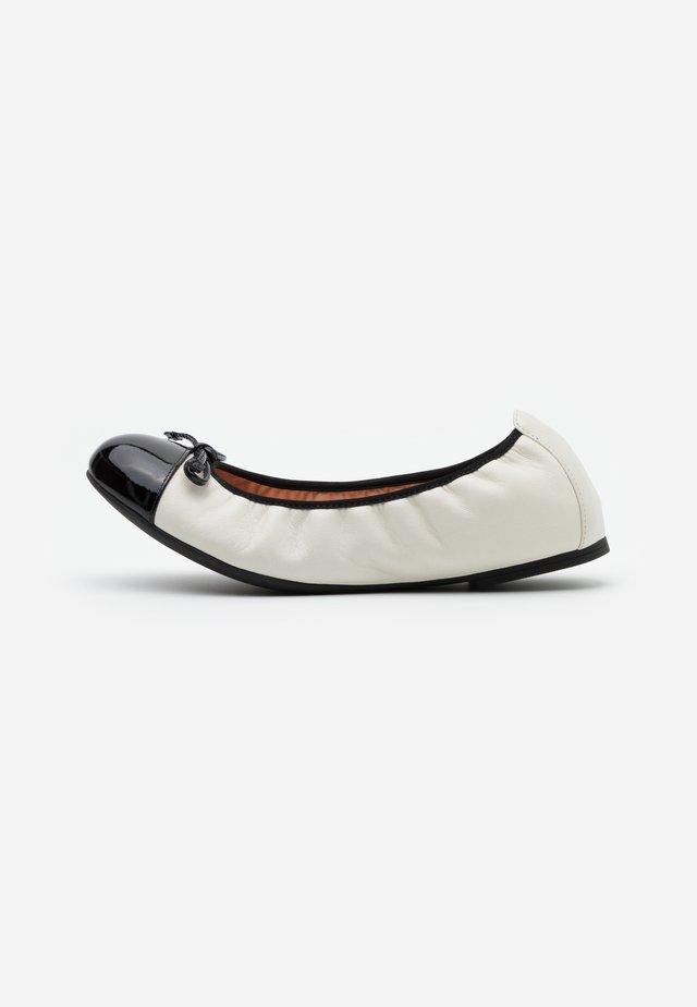 AUTO - Klassischer  Ballerina - ivory/black
