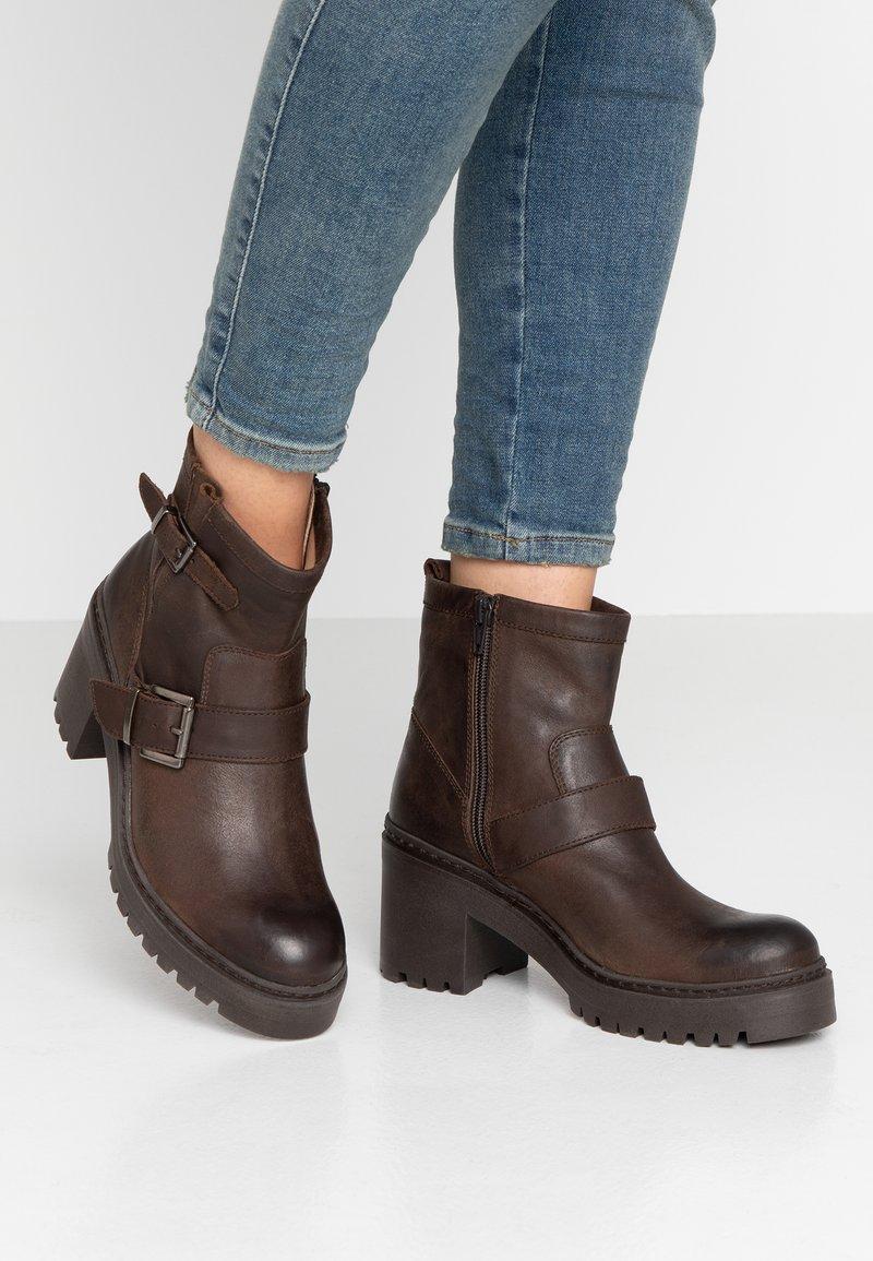 Unisa - JEZABEL - Cowboy-/Bikerstiefelette - brown