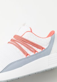 Under Armour - BREATHE LACE - Sportovní boty - white/blue heights/beta red - 5