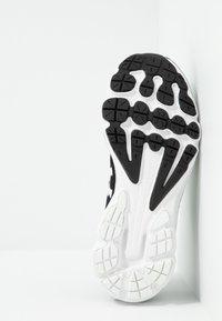 Under Armour - CHARGED INTAKE  - Obuwie do biegania treningowe - black/white - 4