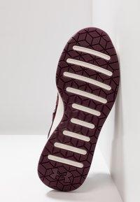 Under Armour - W BREATHE TRAINER - Sports shoes - dark maroon/metallic blush - 4