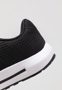 Under Armour - MICRO G PURSUIT - Træningssko - black/white - 5