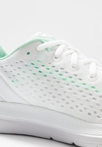 Under Armour - CHARGED IMPULSE - Obuwie do biegania treningowe - white/halo gray/mod gray - 5