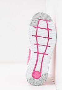 Under Armour - CHARGED IMPULSE - Obuwie do biegania treningowe - lipstick/white/halo gray - 4