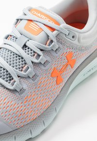 Under Armour - CHARGED BANDIT 5 - Obuwie do biegania treningowe - mod gray/rift blue/orange spark - 5