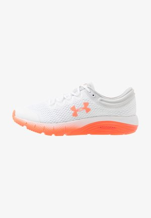 CHARGED BANDIT 5 - Obuwie do biegania treningowe - white/halo gray/peach plasma