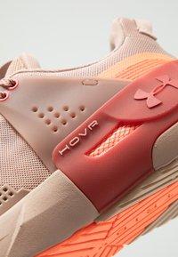 Under Armour - HOVR APEX - Obuwie treningowe - blush beige/fractal pink - 5