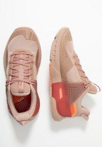 Under Armour - HOVR APEX - Obuwie treningowe - blush beige/fractal pink - 1