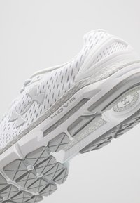 Under Armour - HOVR GUARDIAN 2 - Scarpe running neutre - white/mod gray/halo gray - 5